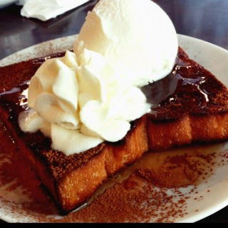 Caramel Thick Toast with Apple Cinnamon top with ice cream - ในSubang Jaya จากร้านHaikara Style Café & Bakery (Subang Jaya)|Klang Valley