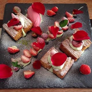 季節限定🍓莓果千層 - 位於西區的小梗甜點咖啡 (西區) | 台中