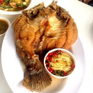ปลากะพงทอดน้ำปลา -  dari ครัวยุพิน (ท่าข้าม) di ท่าข้าม |Bangkok