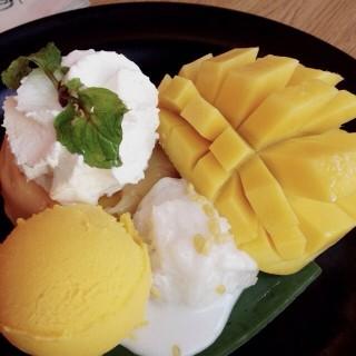 ไอศกรีมข้าวเหนียวมะม่วง -  dari Mango Tango (แมงโก้ แทงโก้) (ปทุมวัน) di ปทุมวัน |Bangkok