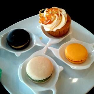 Macaroons + cupcake -  dari Hummingbirds Coffee Bar (Bangsar) di Bangsar |Klang Valley