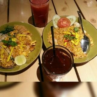 tomyan fried rice.. pad thai - ในThamrin จากร้านTom Tom Restaurant (Thamrin)|Jakarta