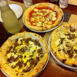 Four Cheese and SMEGG Pizza, Dalandan Juice and Iced Tea -  dari Gino's Brick Oven Pizza (Makati) di Makati |Metro Manila