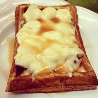 Banana caramel cheese waffle - 位於的Nanny's Pavillon (Slipi) | 雅加達