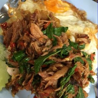 ข้าวกระเพราขาหมูไข่ดาว -  dari เจ๊กบ ขาหมู (อ.เมืองนครปฐม) di อ.เมืองนครปฐม |Bangkok