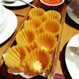 Kueh Pie Ti crust - ในBalestier จากร้านFlavours at Zhongshan Park (Balestier) สิงคโปร์