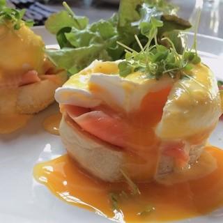 Egg Benedict's - 位于คลองตันเหนือ的Roast Coffee & Eatery (คลองตันเหนือ) | 曼谷
