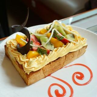 Tropical Fruit Honey Toast - ในPuri Indah จากร้านBeatrice Quarters (Puri Indah) Jakarta