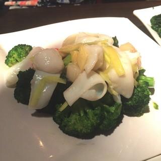 西蘭花花枝片炒帶子 - 位於石硤尾的品香樓中西風味餐廳 (石硤尾) | 香港