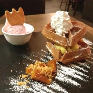 焦糖烤蜜桃窩夫配士多啤梨雪糕 - ใน灣仔 จากร้านEspuma (灣仔)|ฮ่องกง