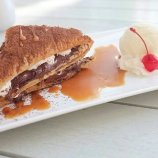 Puff pastry with cream, nutella, caramel sauce & vanilla ice cream - 位於Kelapa Gading的Prim8ight (Kelapa Gading) | 雅加達