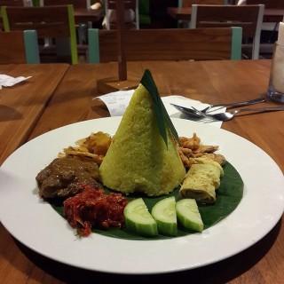 Nasi tumpeng  - ในSerpong จากร้านTong Tji Tea Bar (Serpong)|Jakarta