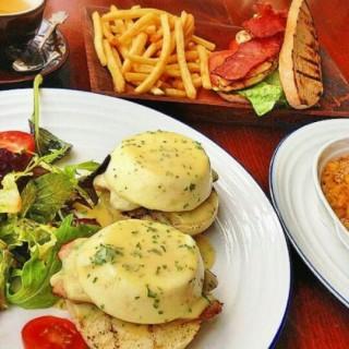 Egg Benedicts - ในKemang จากร้านCommon People Eatery & Bar (Kemang)|Jakarta