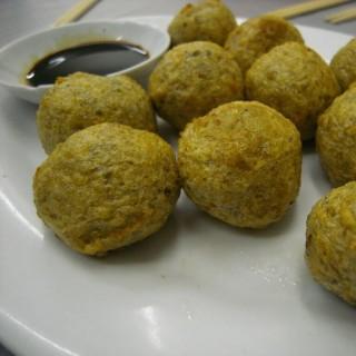 酥炸鯪魚球 - ใน氹仔舊城區 จากร้าน誠昌飯店 (氹仔舊城區)|มาเก๊า