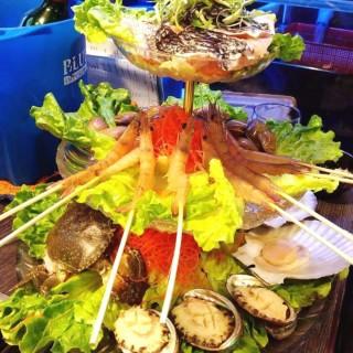雜錦海鮮塔(大班頭腩,海蝦,鮑魚,花甲,日本元貝,花蟹) - 位於旺角的巧手廚房海鮮火鍋專門店 (旺角) | 香港