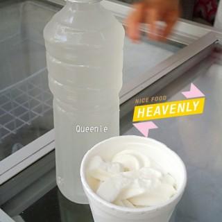 新鮮椰水,椰子雪糕 -  dari Hong Heng Cocos (新馬路) di 新馬路 |Macau