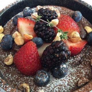 dark chocolate self saucing cake with fresh berries - 位于คลองตันเหนือ的Vanilla Cafeteria (คลองตันเหนือ) | 曼谷