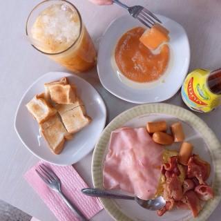 ไข่ดาว,แฮม,ไส้กรอก - 位於วังบูรพาภิรมย์的ON LOK YUN (วังบูรพาภิรมย์) | 曼谷