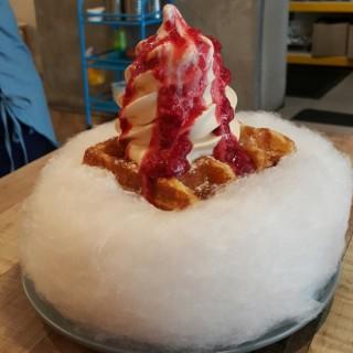 salted Caramel sundae waffle + berry topping ontop cotton candy - 位於Damansara Utama的Every Sundae (Damansara Utama) | 雪隆區