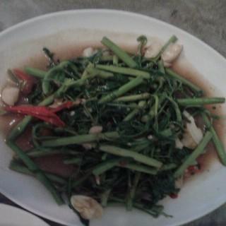 ผัดผักกะเฉดไฟแดง -  dari Ton Thong Larng (อ.ปากเกร็ด) di อ.ปากเกร็ด |Bangkok