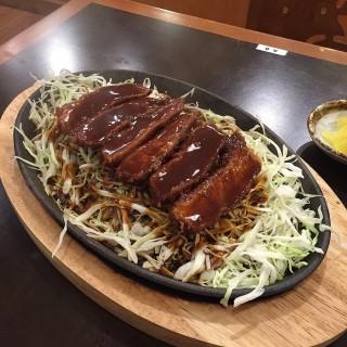 เนื้อหมูสันในชุปเกล็ดขนมปังทอดบนกะทะร้อน - ในลาดพร้าว จากร้านมิโซะคัตสึ ยาบะตง (ลาดพร้าว)|กรุงเทพและปริมลฑล