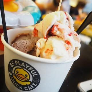 ไอศครีมช๊อคโกแลต&สตอเบอรี่โยเกิร์ต -  ปทุมวัน / B.Duck Cafe (บีดัค คาเฟ่) (ปทุมวัน)|กรุงเทพและปริมลฑล