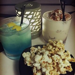 cocktail with pop corn  - ใน大角咀 จากร้านSkyzone Deck & Lounge (大角咀)|ฮ่องกง
