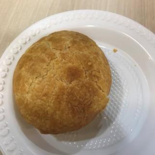Chicken Pie - ใน จากร้านPolar Puffs & Cakes (Raffles Place) สิงคโปร์