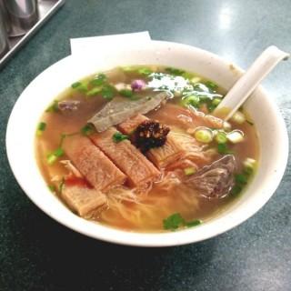五香牛雜幼麵(走腸)+自製辣椒油 - 位於銅鑼灣的潮興魚蛋粉 (銅鑼灣) | 香港