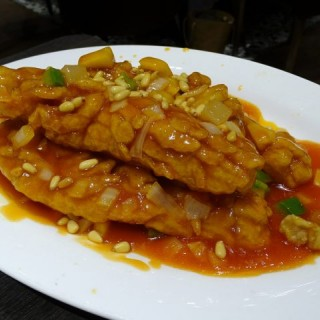 Deep fried sweet and sour fish with pine nuts | 招牌崧子魚 - 位於荔枝角的外灘拾號 (荔枝角) | 香港