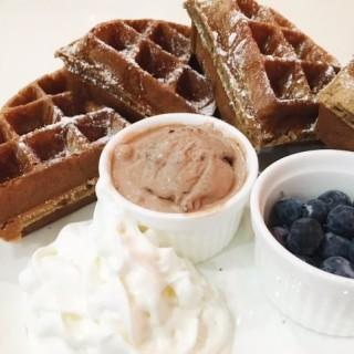 朱古力窩夫配朱古力雪糕配蜜糖配藍莓 - ใน觀塘 จากร้านLM Cafe (觀塘)|ฮ่องกง
