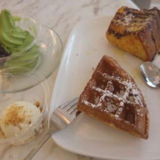 宇治抹茶雪糕、雲呢拿雪糕、法式梳乎蛋多士、蜂蜜梳乎窩夫 - 位於銅鑼灣的小甜谷 Dessert Kaffee (銅鑼灣) | 香港