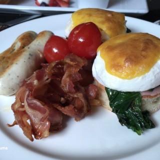 Brunch Set - Egg Benedict with Bacon and Sausage - 位于大屿山的影廠酒廊 (大屿山) | 香港