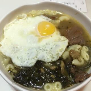 沙爹牛肉雪菜肉絲太陽蛋通 - 位於荃灣的翠河餐廳 (荃灣) | 香港