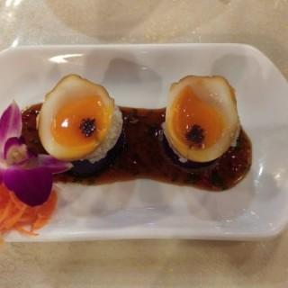 茶燻流心蛋伴黑魚子醬配厚切茄子 - 位於觀塘的三姐廚房私房菜 (觀塘) | 香港