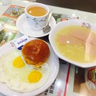 經典早餐-西煎雙蛋火腿湯通粉配熱奶茶 - 位於旺角的銀龍粉麵茶餐廳 (旺角) | 香港