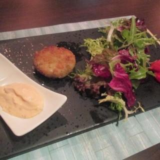 香煎蟹餅伴辣椒蕃茄蒜蓉醬 - 位於尖沙咀的Amitie Kitchen (尖沙咀) | 香港