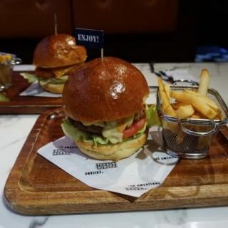 英國濃味車打芝士牛肉漢堡配金黃脆薯條  - 位於荔枝角的The Americano (荔枝角) | 香港