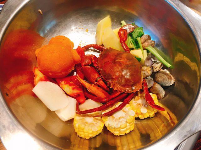 新鲜蟹锅花甲汤底 - 位於的新南苑私房菜火锅鸡煲 (湾仔) | 香港