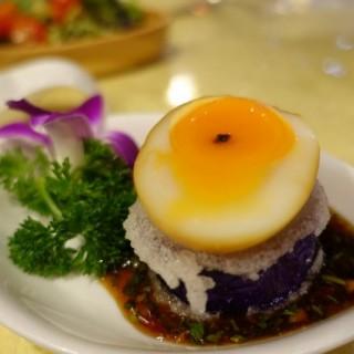 茶燻流心蛋伴黑魚子醬配厚切茄子 - 位於觀塘的榮哥廚房私房菜 (觀塘) | 香港
