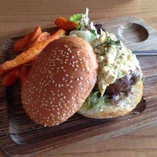 黑松露炒蛋牛肉漢堡配炸甜薯條 - 位於旺角的Romanne Leisure Food Concept (旺角) | 香港
