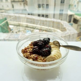 Greek Yogurt  with  Blackberries,  Bananas,  and  Homemade  Granola - ใน中環 จากร้านThe Study (中環)|ฮ่องกง