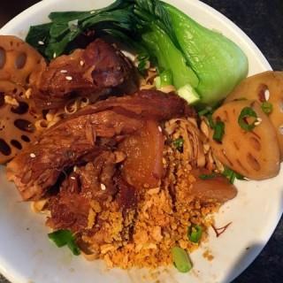 冲绳猪软骨捞粗面 - 位於銅鑼灣的炊豕店 (銅鑼灣) | 香港