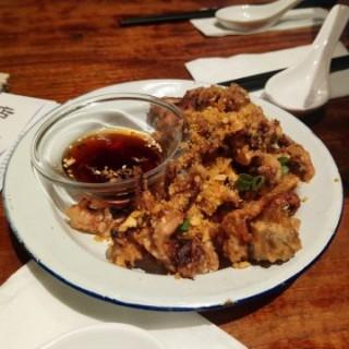 椒鹽魷魚鬚 - 位於銅鑼灣的炊豕店 (銅鑼灣) | 香港
