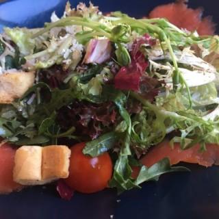 Green salad with salmon  - 位於中環的Espuma (中環) | 香港