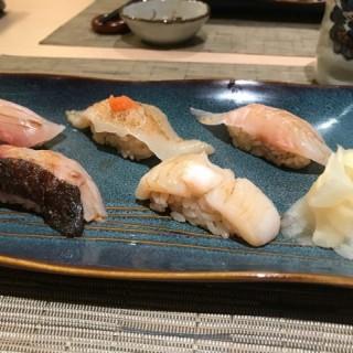 壽司五點 - 深海池魚 / 左口魚邊 / 愛侶魚 /依佐木魚 / 帆立貝 - 位於銅鑼灣的道鮨日本料理 (銅鑼灣) | 香港