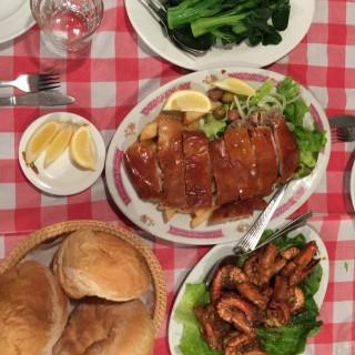 燒乳豬 -  dari Restaurante Fernando (黑沙海灘) di 黑沙海灘  Macau