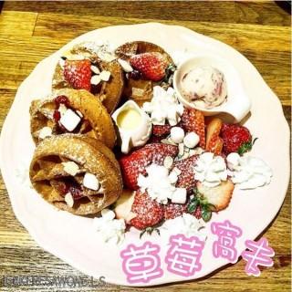 草莓窩夫 -  dari Tree Cafe (新橋(三盞燈/白鴿巢)) di 新橋(三盞燈/白鴿巢) |Macau