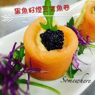 黑魚籽煙三文魚卷 -  dari Somewhere (黑沙環) di 黑沙環 |Macau